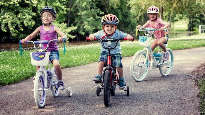 niños con bicicleta